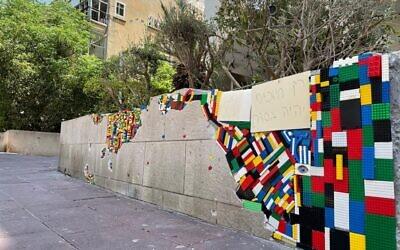 Les legos utilisés pour réparer un mur touché par des roquettes de Gaza, à Ramat Gan, le 15 mai 2021. (Crédit : Raz Sror)