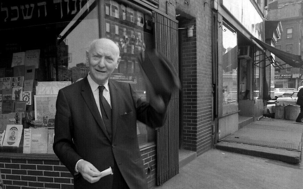 L'auteur Isaac Bashevis Singer devant la librairie hébraïque S. Rabinowitz, dans le Lower East Side de New York, en 1968. (Crédit : David Attie/Getty Images/ via JTA/ SUE)