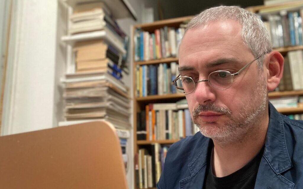 David Stromberg, écrivain et universitaire qui étudie l'œuvre d'Isaac Bashevis Singer, devant son ordinateur dans sa maison de Jérusalem, en mai 2021. (Crédit : Stromberg via JTA)