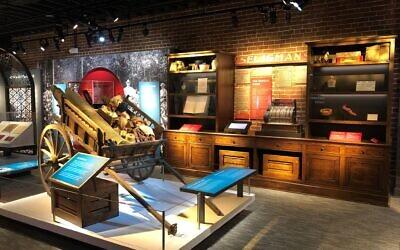 Une exposition au Museum of the Southern Jewish Experience de la Nouvelle-Orléans met l'accent sur le grand nombre de Juifs du Sud qui sont devenus des marchands ambulants. Le musée a ouvert ses portes au public à la fin du mois de mai. (Crédit : Southern Jewish Experience/ via JTA)