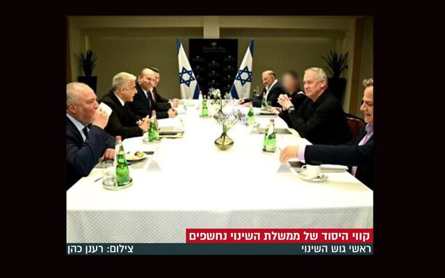 Un site d'information ultra-orthodoxe en Israël a flouté le visage de la seule femme sur une photo publiée le 7 juin 2021. (Capture d'écran de Behadrei Haredim via JTA)