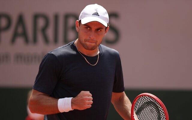 Aslan Karatsev lors d'un match à l'Open de France à Paris, le 3 juin 2021. (Crédit : Adam Pretty/Getty Images)
