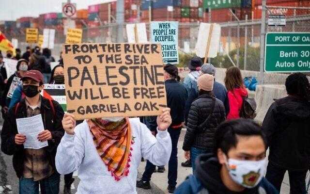 Des manifestants au port d'Oakland ont arrêté un porte-conteneurs appartenant à la société Zim Integrated Shipping Services Ltd. basée en Israël, dans le cadre d'une campagne liée au mouvement BDS, le 4 juin 2021. (Crédit : Brooke Anderson via J : Jewish News of Northern California)