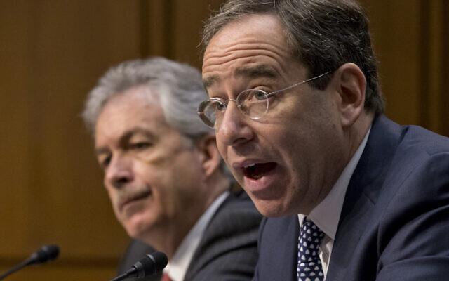 Le vice-secrétaire d'État Thomas Nides, à droite  et son homologue William Burns  témoignent lors d'une réunion au sénat, au Capitole, à Washington, le 20 décembre 2012. (Crédit : AP/J. Scott Applewhite)