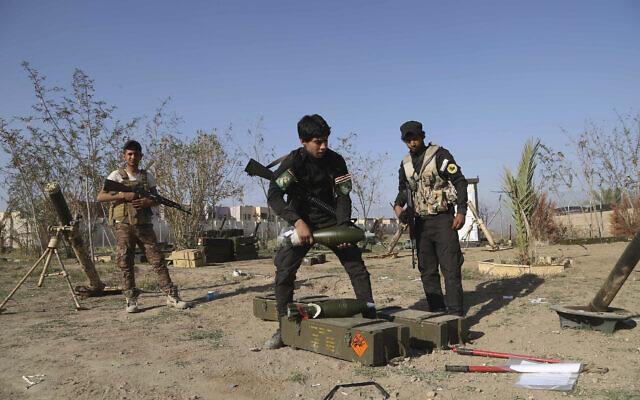 Illustration : De jeunes miliciens chiites volontaires se préparent à attaquer des combattants de l'État islamique à Tikrit, au nord de Bagdad, en Irak, le 15 mars 2015. (Crédit : AP Photo/Khalid Mohammed, File)