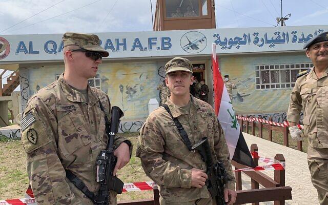 Illustration : des soldats américains montent la garde pendant la cérémonie de remise de l'aérodrome de Qayyarah, aux forces de sécurité irakiennes, au sud de Mossoul, en Irak, le 27 mars 2020. (Crédit : AP Photo/Ali Abdul Hassan)