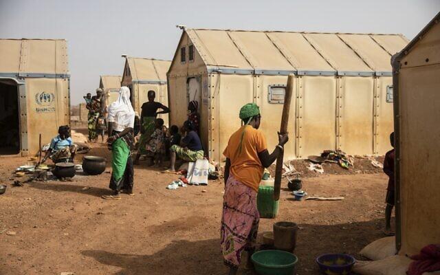 Des femmes déplacées préparent à manger dans le camp de Kaya, à 100 kilomètres de Ouagadougou, au Burkina Faso, le 8 février 2021. (Crédit : AP Photo/ Sophie Garcia)
