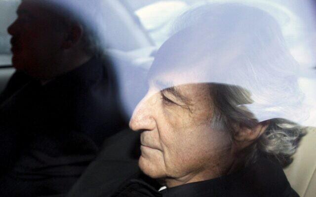 Photo d'illustration : Bernard Madoff, à droite, quitte la cour de district de Manhattan, à New York, après une audience, le 5 janvier 2009. (Crédit : AP Photo/Kathy Willens, File)