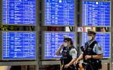 Des policiers allemands à l'aéroport de Francfort, en Allemagne, le mardi 11 mai 2021. (Crédit : AP Photo/Michael Probst)