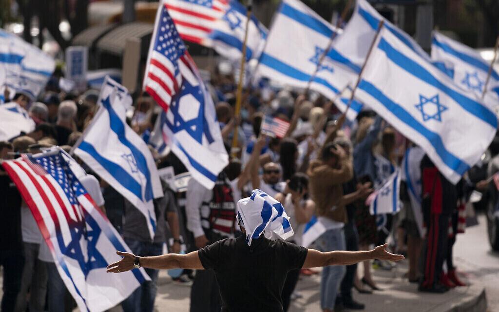 Photo d'illustration : Des partisans pro-israéliens scandent des slogans pendant un rassemblement en soutien à Israël aux abords du bâtiment fédéral à Los Angeles, le 12 mai 2021. (Crédit : AP Photo/Jae C. Hong, file)