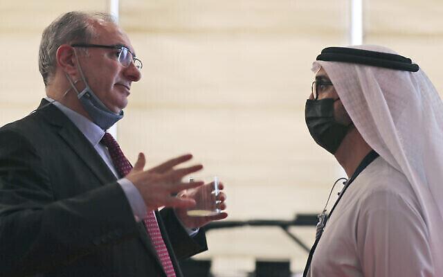 L'ambassadeur d'Israël aux Émirats arabes unis, Eitan Na'eh, à gauche, s'entretient avec un responsable émirati lors du Global Investment Forum à Dubaï, aux Émirats arabes unis, le 2 juin 2021. (Crédit: AP/Kamran Jebreili)