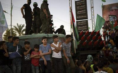Des Palestiniens assistent à un défilé des membres du Hamas, un peu plus d'une semaine après le cessez-le-feu, le 30 mai 2021, à Beit Lahia, au nord de la bande de Gaza. (Photo AP / Felipe Dana)