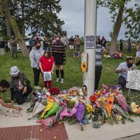 Cérémonie commémorative à l'endroit où une famille de cinq personnes a été renversée par un conducteur, à London, en Ontario, le 7 juin 2021 (Crédit : Brett Gundlock/The Canadian Press via AP).
