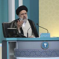 Le candidat à la présidence pour les élections du 18 juin, Ebrahim Raisi, prend la parole lors du dernier débat des candidats, dans un studio de la télévision publique à Téhéran, Iran, samedi 12 juin 2021. (Crédit : Morteza Fakhri Nezhad/ Club des jeunes journalistes, YJC via AP)