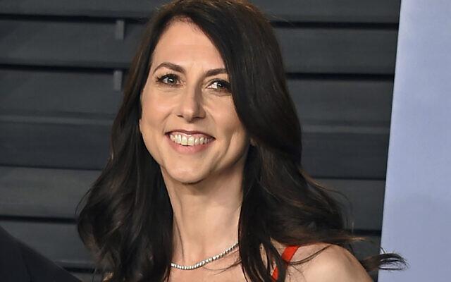 MacKenzie Scott, ex-épouse du fondateur d'Amazon Jeff Bezos, arrive à la soirée des Oscars de Vanity Fair, à Beverly Hills, en Californie, le 4 mars 2018. (Crédit : Evan Agostini/Invision/AP)