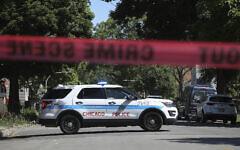 Photo d'illustration : La police dans une rue de Chicago sur les lieux d'une fusillade mortelle dans le South Side de la ville, le 15 juin 2021. (Crédit : AP Photo/Teresa Crawford)