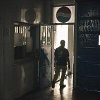 Un employé palestinien marche dans l'usine d'embouteillage Pepsi dans la ville de Gaza, le 21 juin 2021. (Crédit : AP Photo/Felipe Dana)
