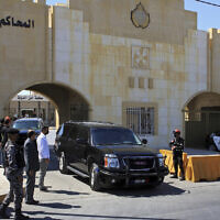 Bassem Awadallah, un ancien conseiller royal, quitte la cour de sécurité de l'État dans un véhicule après la première session de son procès, à Amman, en Jordanie, le 21 juin 2021. (Crédit : AP Photo/Raad Adayleh)