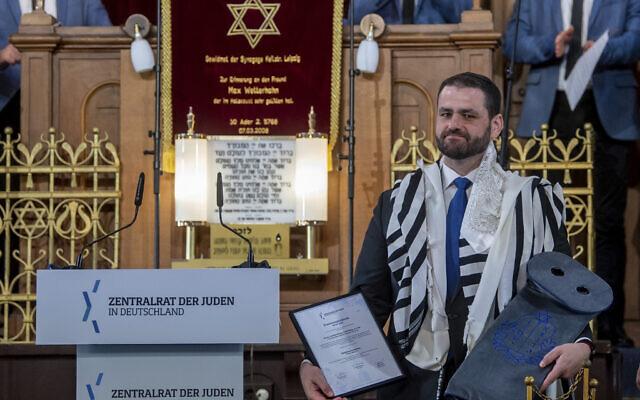 Zsolt Balla, rabbin d'État de Saxe, à la synagogue de Leipzig, en Allemagne, le 21 juin 2021, après son intronisation au poste de rabbin militaire des forces armées. (Crédit : Hendrik Schmidt/dpa via AP)