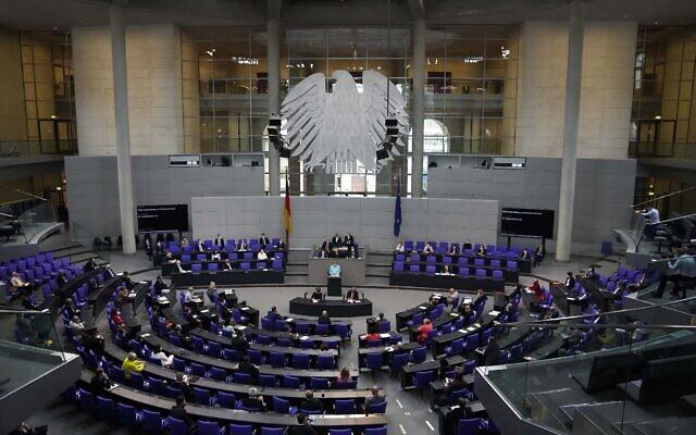 La chancelière allemande Angela Merkel prononce un discours lors d'une séance plénière au Bundestag à Berlin, en Allemagne, le 24 juin 2021. (Crédit : AP Photo/Markus Schreiber)