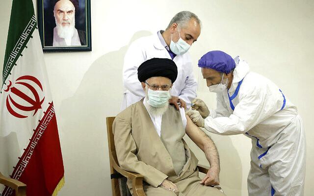 Le Guide suprême, l'Ayatollah Ali Khamenei, reçoit une injection du vaccin Coviran Barekat COVID-19 à Téhéran, en Iran, le 25 juin 2021. (Crédit : Bureau du Guide suprême iranien via AP)