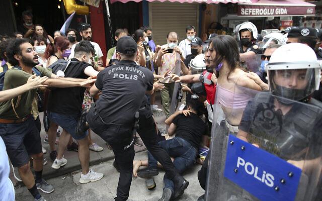 Des manifestants interpellés par la police dans le centre d'Istanbul, le 26 juin 2021, pendant la Gay Pride. (Crédit : AP Photo/Emrah Gurel)