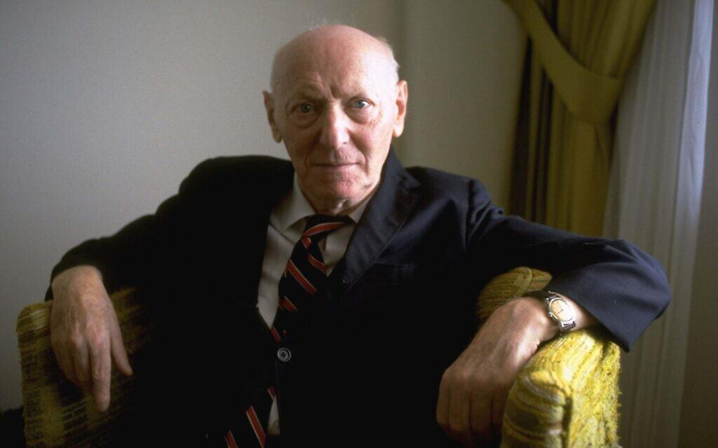 L'auteur lauréat du prix Nobel Isaac Bashevis Singer, dans son appartement de Miami Beach, le 10 octobre 1978. (Crédit : AP Photo/Kathy Willens)