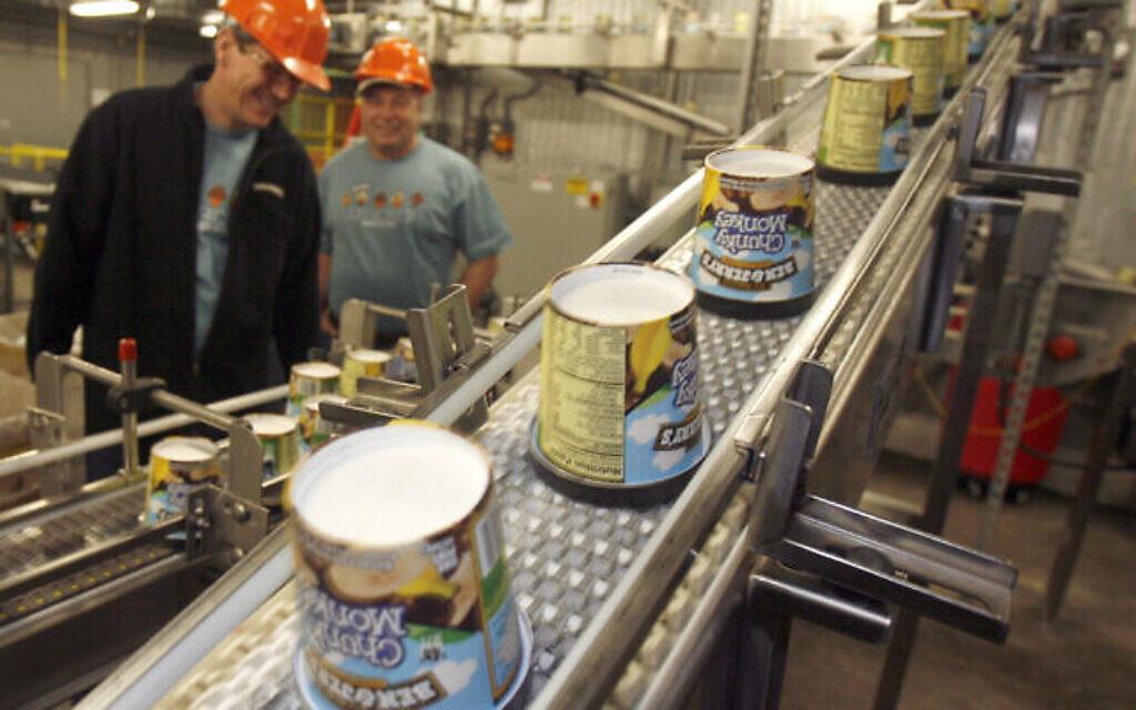 Pots de glaces sur la chaîne de production chez Ben & Jerry's Homemade Ice Cream à Waterbury, Vermont, le 23 mars 2010. (AP Photo / Toby Talbot)