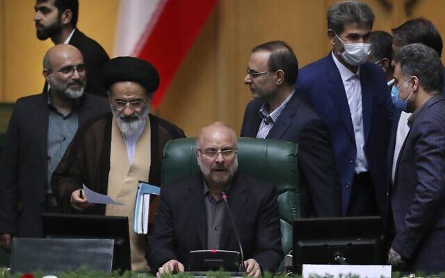Mohammad Bagher Qalibaf prend la parole après avoir été élu président du parlement, à Téhéran, en Iran, le 28 mai 2020. (Crédit : AP Photo/Vahid Salemi, File)