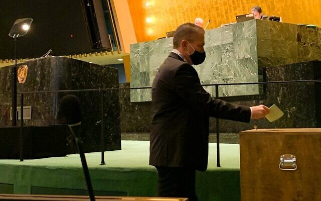 L'ambassadeur israélien à l'ONU Gilad Erdan vote lors de l'élection d'Israël au Conseil économique et social des Nations unies, le 7 juin 2021. (Crédit : Israël à l'ONU)