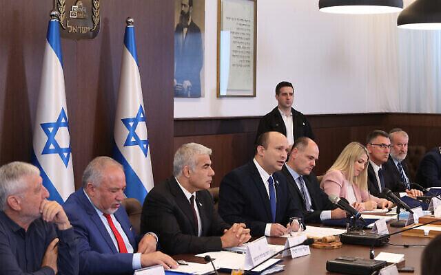 Le Premier ministre Naftali Bennett dirige une réunion du cabinet au bureau du Premier ministre à Jérusalem, le 20 juin 2021 (Crédit:Amit Shabi/POOL).