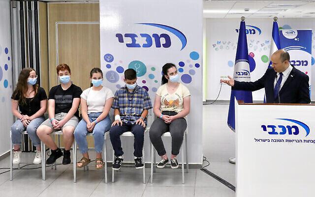 Le Premier ministre Naftali Bennett dans un centre de vaccination des jeunes à Holon, le 29 juin2021. (Crédit: Marc Israel Sellem/POOL/Flash90)