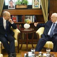 Le Premier ministre Naftali Bennett (à droite) et le président Reuven Rivlin se rencontrent à la Maison du président, le 23 juin 2021. (Maison du Président)