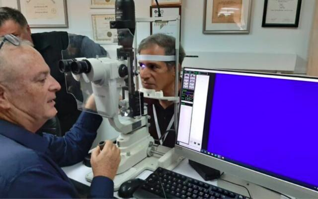 Le professeur Ygal Rotenstreich effectue un test d'imagerie oculaire spectrale sur le touriste spatial israélien Eytan Stibbe. (avec l'aimable autorisation de l'hôpital Sheba)