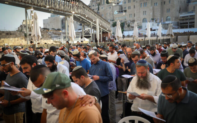 Prière contre la nouvelle coalition au Kotel, le 13 juin 2021 (Crédit : Noam Revkin Fenton/FLASH90)