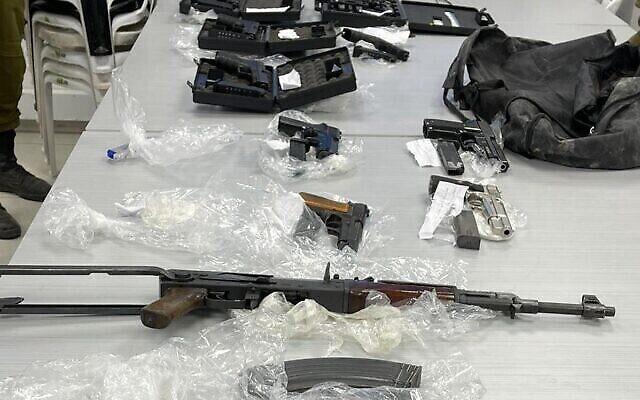 Les armes capturées par l'armée et la police lors d'une opération dans la vallée du Jourdain le 12 juin 2021. (Forces de défense israéliennes)