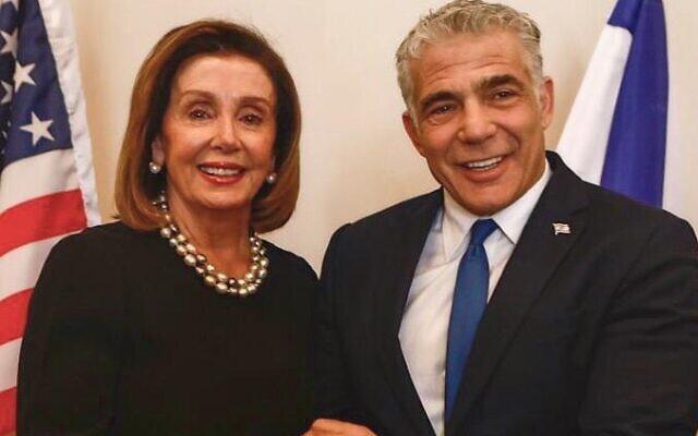 La présidente de la chambre américaine Nancy Pelosi et le chef de Yesh Atid, Yair Lapid, à la Knesset, le 23 janvier 2020. (Crédit : Yair Lapid/Twitter)
