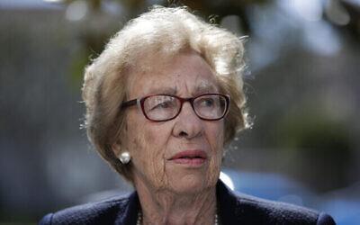 Sur cette photo du 7 mars 2019, Eva Schloss, la demi-sœur d'Anne Frank et survivante de l'Holocauste, assiste à une conférence de presse à Newport Beach, en Californie. (Crédit: AP Photo/Jae C. Hong)