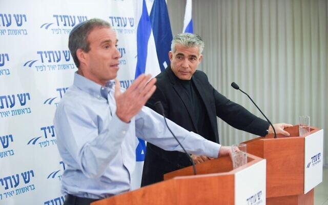 Yair Lapid (à droite) et la nouvelle recrue de Yesh Atid, le député Elazar Stern, lors d'une conférence de presse à Tel Aviv, le 18 janvier 2015. (Crédit : Ben Kelmer/FLASH90)