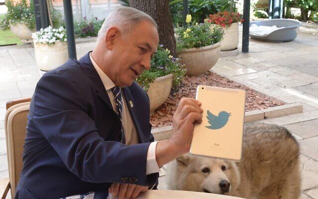 Le Premier ministre de l'époque, Benjamin Netanyahu, répond aux questions sur un Twitter Live depuis la résidence officielle de Jérusalem, le 12 mai 2016. (Crédit : Amos Ben Gershom/GPO)