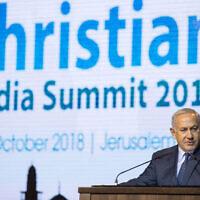 Le Premier ministre israélien Benjamin Netanyahu s'adresse à des membres de la presse chrétienne lors d'un événement à Jérusalem, le 14 octobre 2018. (Crédit : Noam Revkin Fenton/Flash90)