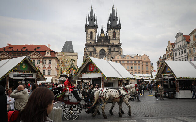 Illustration : Un marché extérieur dans la ville de Prague, en République Tchèque, le 23 avril 2019. (Crédit : Nati Shohat/Flash90)