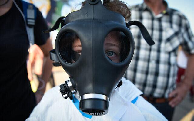 Des activistes participent à une manifestation appelant à la fermeture des raffineries de pétrole dans la baie de Haïfa, dans le nord d'Israël, le 24 juin 2019. (Crédit: Meir Vaknin/Flash90)