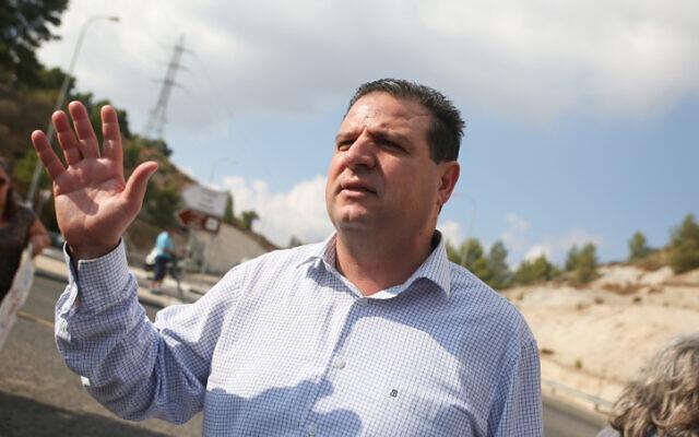 Le leader de la Liste arabe unie Ayman Odeh aux côtés des résidents de la ville arabe israélienne d'Akbara, dans le nord du pays, lors d'une manifestation, le 1er novembre 2019. (Crédit : David Cohen/FLASH90)