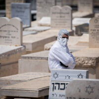 Photo d'illustration : Le cimetière  Har HaMenuchot à Jérusalem, le 13 avril 2020. (Crédit :  Yonatan Sindel/Flash90)