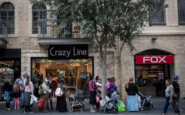Des Israéliens font la queue devant des magasins de Jérusalem après que ceux-ci ont été autorisés à rouvrir à la suite d'un confinement national en raison de l'épidémie de coronavirus, le 8 novembre 2020. (Crédit : Yonatan Sindel/Flash90)