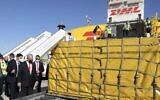 Le Premier ministre Benjamin Netanyahu assiste à l'arrivée de plus de 100 000 doses du vaccin Pfizer contre le coronavirus, à l'aéroport Ben Gurion, le 9 décembre 2020. (Crédit : Marc Israel Sellem/Pool Photo via AP)