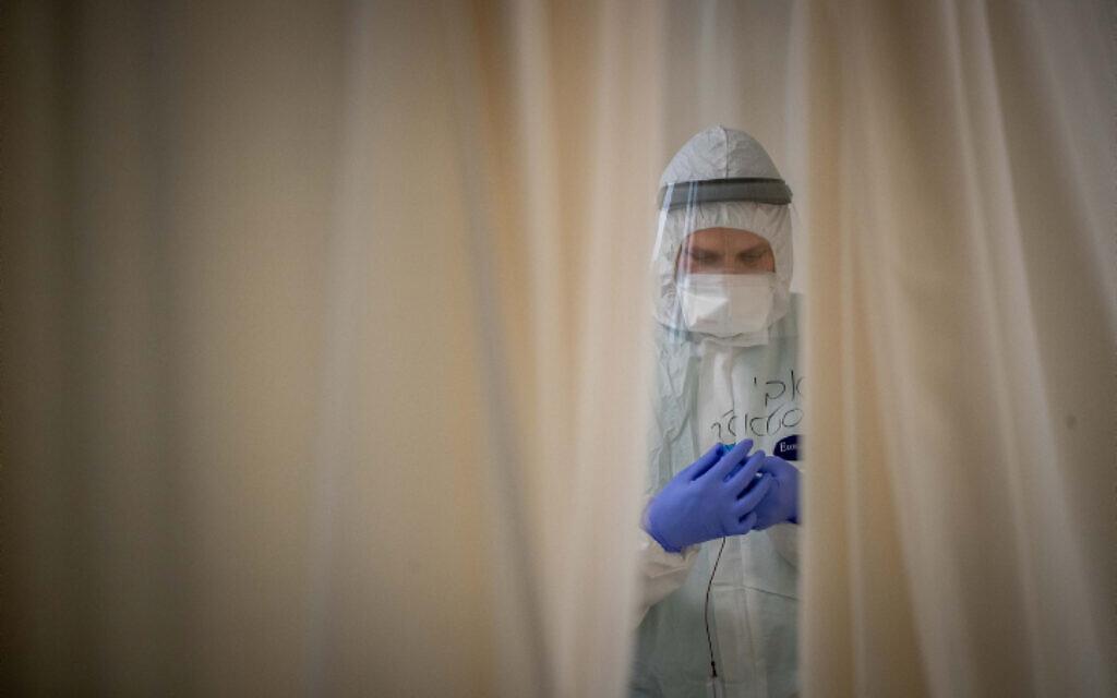 Photo d'illustration : Un employé de l'hôpital Shaare Zedek dans une unité de prise en charge du coronavirus, le 3 février 2021. (Crédit : Yonatan Sindel/Flash90)