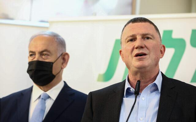 Le Premier ministre israélien Benjamin Netanyahu et le ministre de la Santé, Yuli Edelstein, lors d'une visite à un centre de vaccination COVID-19 à Zarzir, dans le nord d'Israël, le 9 février 2021. (David Cohen/Flash90)