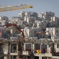 Des travaux de construction pour de nouveaux logements à Modiin Illit, en Cisjordanie, le 11 janvier 2021. (Crédit : Flash90)